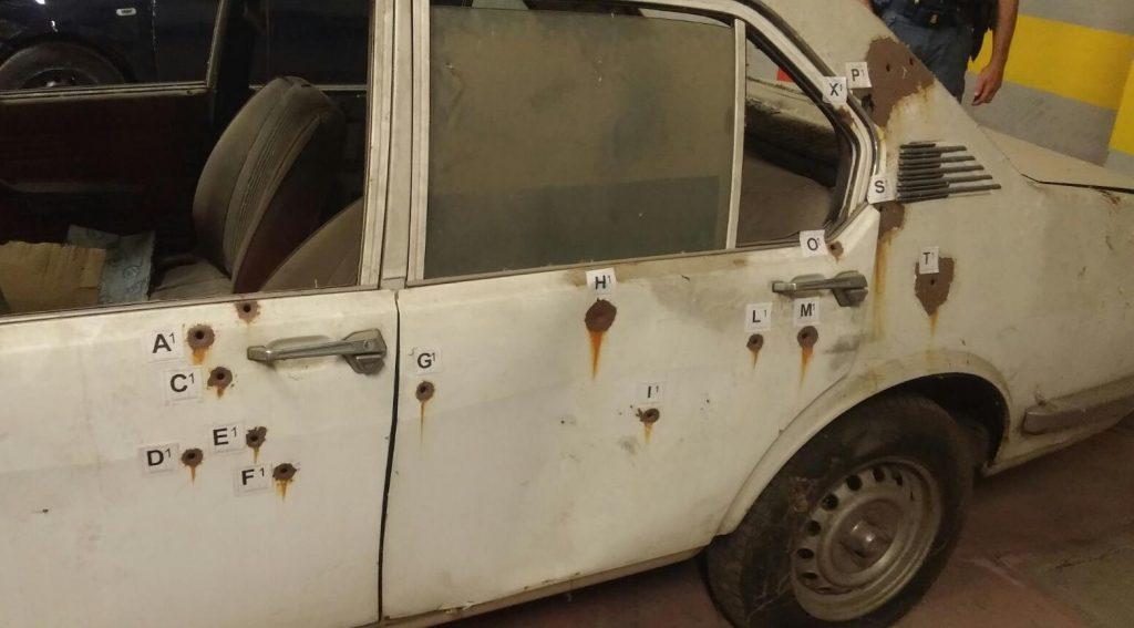 sono visibili i segni lasciati dalle pallottole dei terroristi